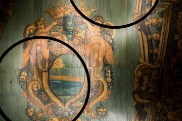 Le superbe plafond peint dans l'entrée de l'hôtel provient d'une chapelle italienne | © Yonder.fr