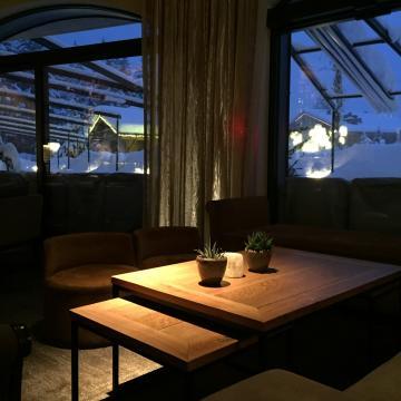 Ambiance lumineuse travaillée et vue dégagée sur le jardin enneigé de l'hôtel dans le lounge | © Yonder.fr