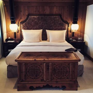 Un lit typique des chambres et suites de l'Alpina : difficile d'imaginer lieu plus agréable pour s'endormir | © Yonder.fr