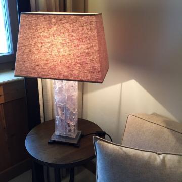 Au-delà du côté esthétique, les lampes des chambres produisent un éclairage soigné et chaleureux | © Yonder.fr