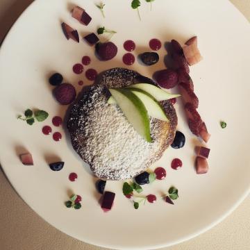 Le petit-déjeuner, servi dans le cadre luxueux du restaurant gastronomique, le Sommet, est royal, comme en témoignent ces pancakes aussi réussies visuellement que gustativement | © Yonder.fr