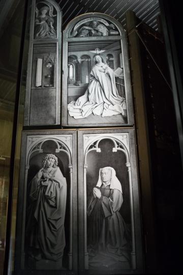 Les panneaux actuellement en restauration ont été remplacés par des photos en noir et blanc.  © Yonder.fr