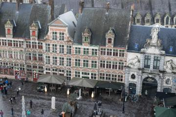 La vue actuelle de la place Sint Veerle depuis le château des Comtes. © Yonder