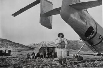 """Une photo de presse montrant les """"esquimaux polaires"""" à Qaanaaq peu après la construction de la base militaire."""