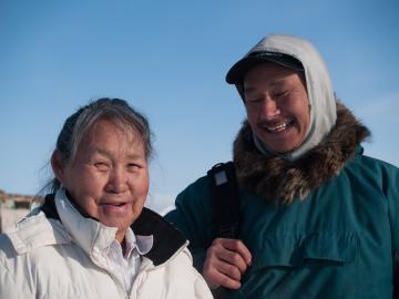 Qillaq et une pensionnaire de la maison de retraite.