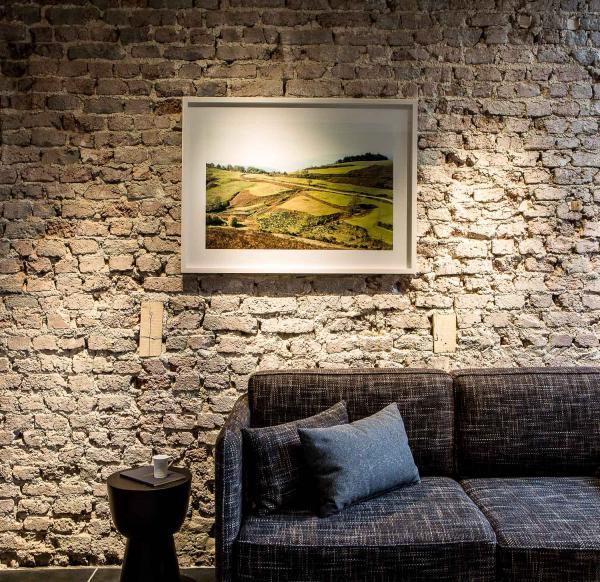 Les parties communes se veulent conviviales, avec cheminée et paysages photographiques de Thibaut Cuisset.
