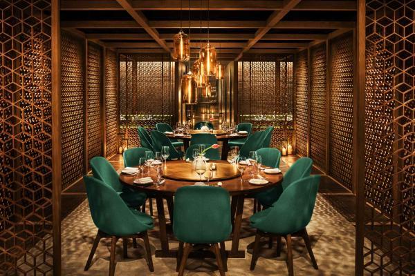 Au son de la musique disco, Canton Disco sert une cuisine cantonaise revisitée.