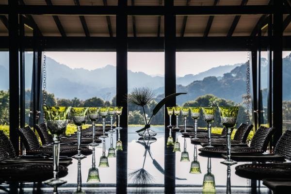 La salle à manger offre une vue magique sur les plantations sans fin de thé, de l'aube au crépuscule, tandis que le salon de thé offre une vue panoramique donnant sur la cime des arbres.