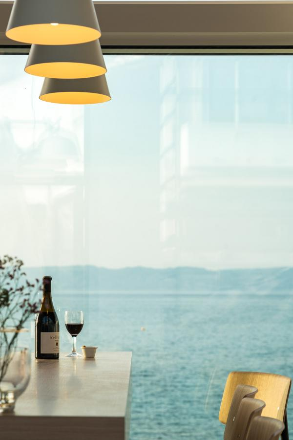 Sur la terrasse ouverte dès le printemps, déguster cuissons simplissimes qui mettent en avant l'alliance des saveurs.