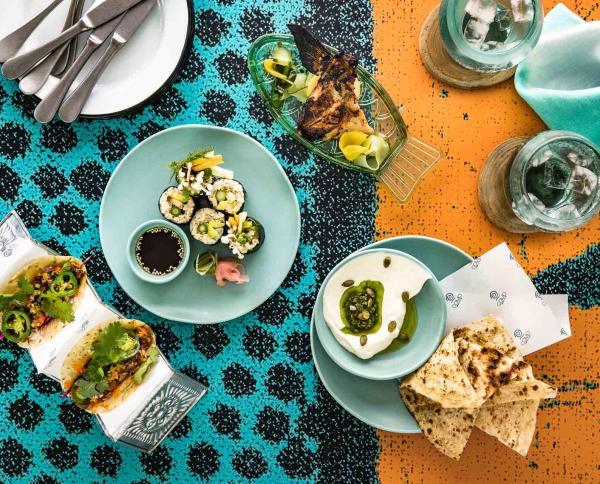 Le Como Beach Club sert une cuisine élaborée à partir de produits locaux, à l'inspiration australienne avec viandes, fruits de mer et légumes cuisinés au feu de bois.