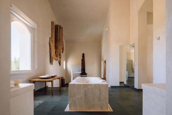 Le marbre est omniprésent, un hommage clair à l'identité régionale.