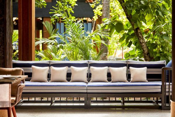 Ouvert sur la végétation, le restaurant Vandhoo propose une cuisine fusion qui mêlent les influences asiatiques et méditerranéennes.