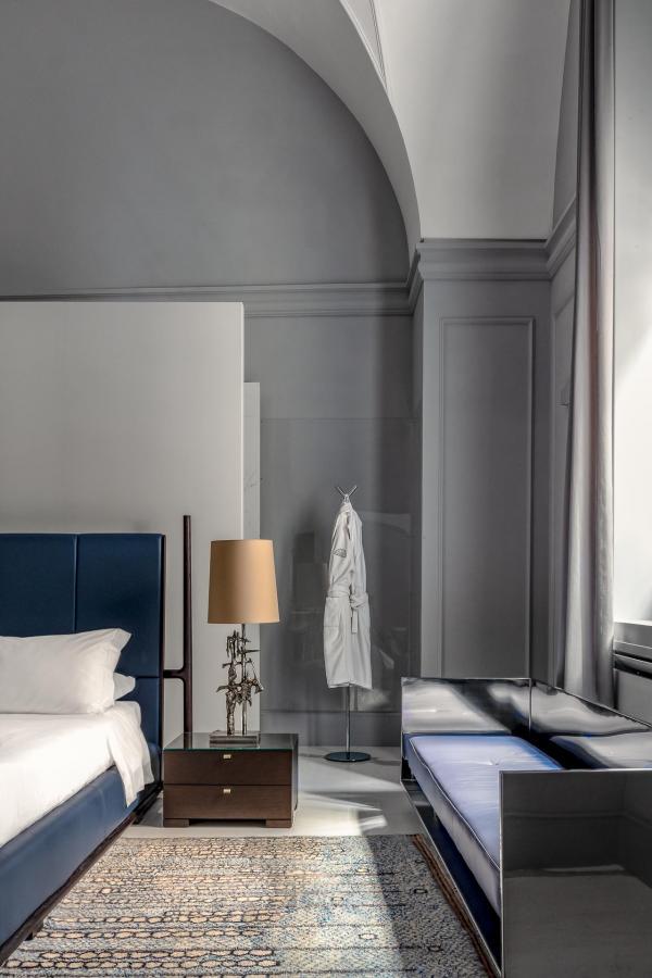 Avec pas moins de 66 mètres carrés, ses plafonds voûtés et en berceaux, les suites possèdent le charme de l'époque Baroque.