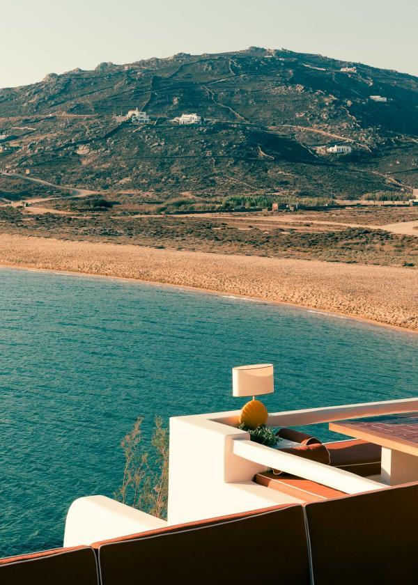 Au Ftelia Beach club, l'architecte Fabricio Casiraghi reprend les codes des resorts italien et sur la Côte d'Azur des années 60 et 70.