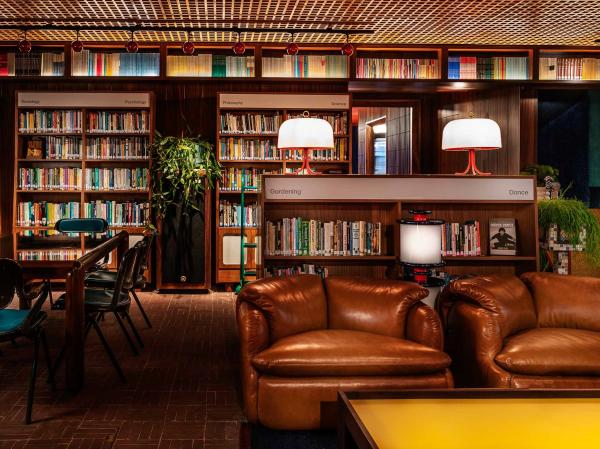 La librairie lounge présente des ouvrages soigneusement choisis qui couvrent 28 catégories.