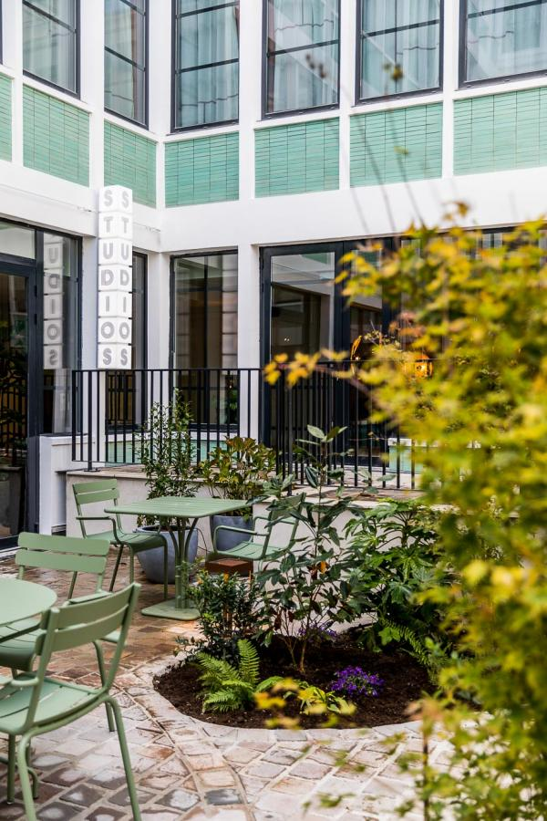 La cour et le rooftop sont ouverts aux non-guest pour un moment de détente © Romain Ricard