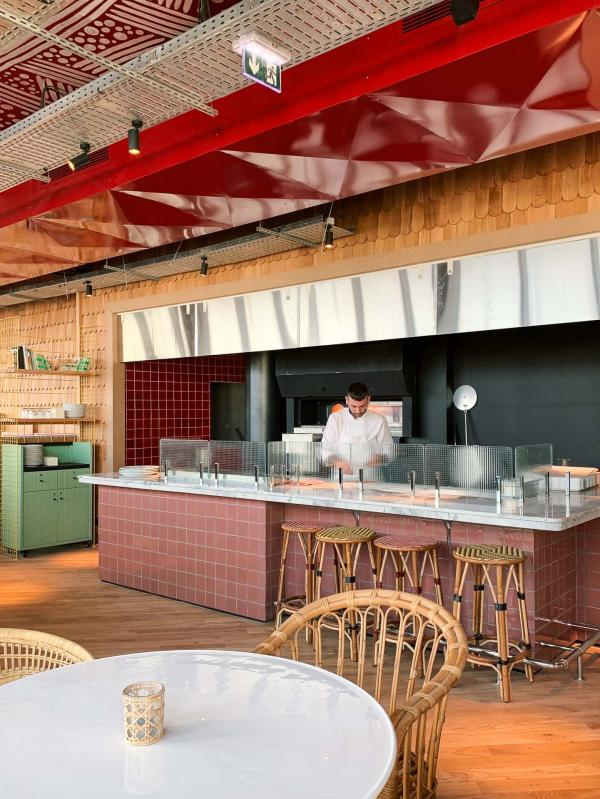 Le dernier étage aménagé en rooftop avec bar, terrasse et pizzas au feu de bois. © YONDER.fr