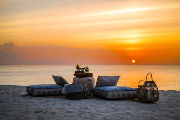 Chaque soir, le coucher de soleil embrase le ciel.