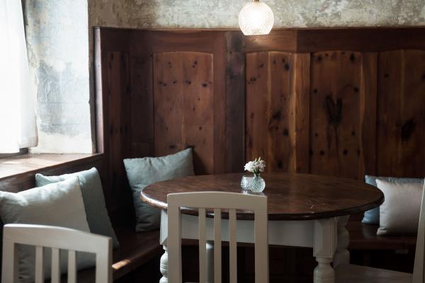 Dans la soirée, le café devient un restaurant « de la ferme à l'assiette ».