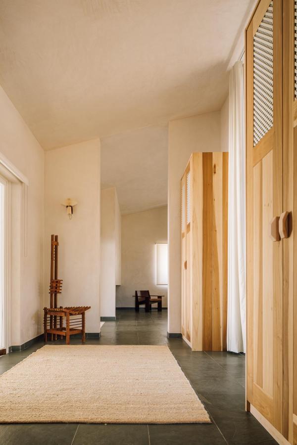 Vitor a dessiné les tables de chevet, les lampes et autres objets réalisés par l'artisan local Francesco Pluma.
