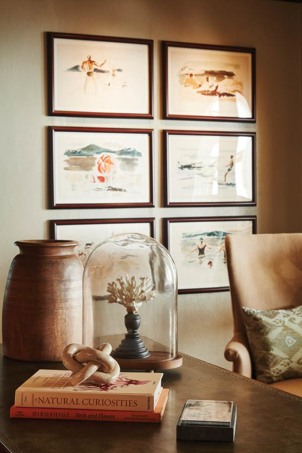 Le mobilier et les objets d'art donnent l'impression d'être accueilli dans une maison familiale.