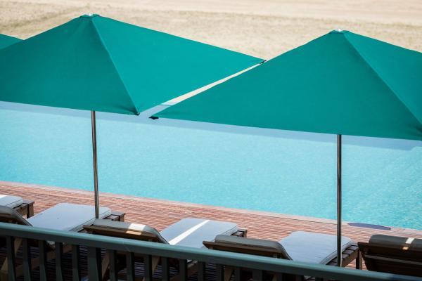 Instant de détente dans l'infinity pool chauffée.