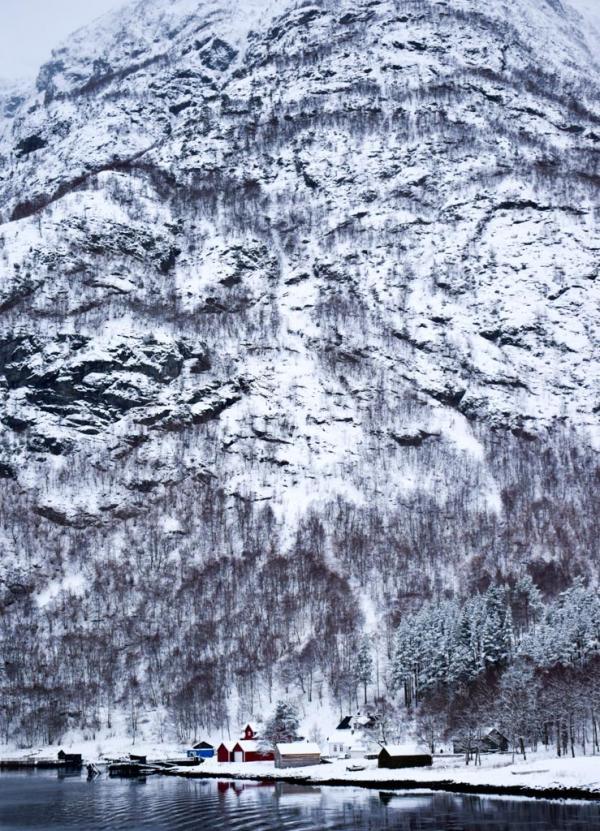 Le village de Dyrdal vu depuis le bateau, sur les rives du Nærøyfjord © YONDER.fr