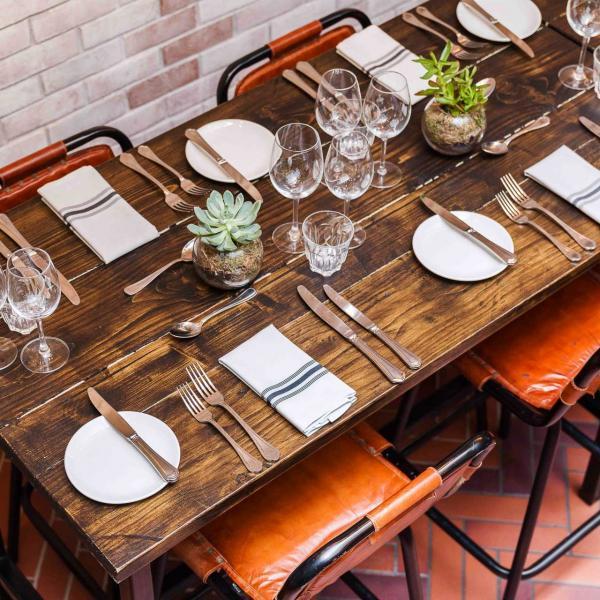 La cour de l'hôtel peut accueillir des repas et événements privés.