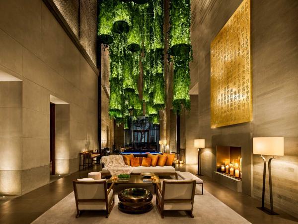 Mélange d'influences du Vieux Continent et de la Shanghai des années folles dans le lobby, décoré du plafonnier-bijoux du designer français Eric Schmitt.
