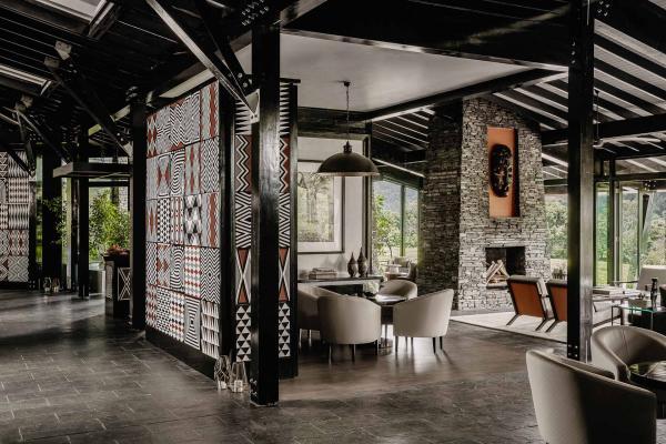 Les intérieurs contemporains s'inspirent des matériaux et des motifs locaux.