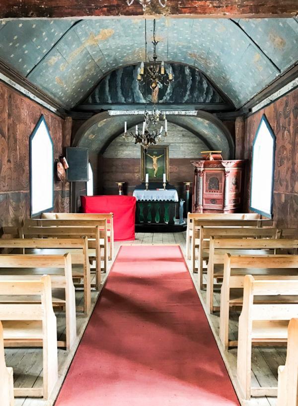 À l'intérieur de la minuscule église en bois du XIIème siècle d'Undredal © YONDER.fr