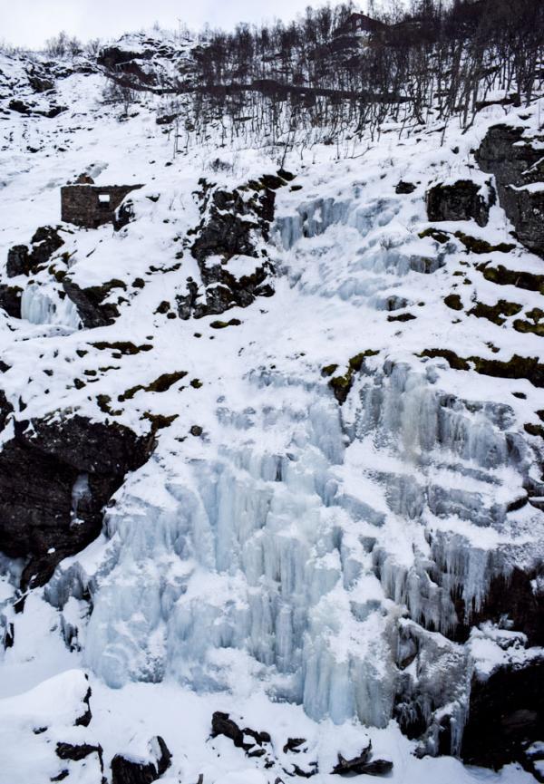 Cascade glacée le long de la Flåm Railway, entre Flåm et Myrdal © YONDER.fr
