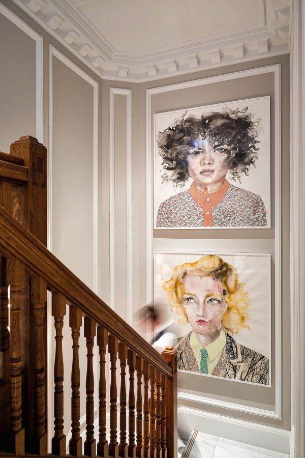 Un magnifique escalier en bois conduit les hôtes du lobby vers les chambres.