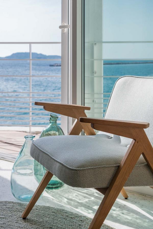 Dans le lobby, les meubles ont été dessinés sur mesure ou sélectionnés de la maison danoise Skagerac.