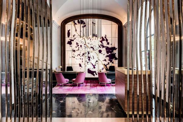 Le lobby mélange les influences historiques de la période Art Déco avec des touches contemporaines.