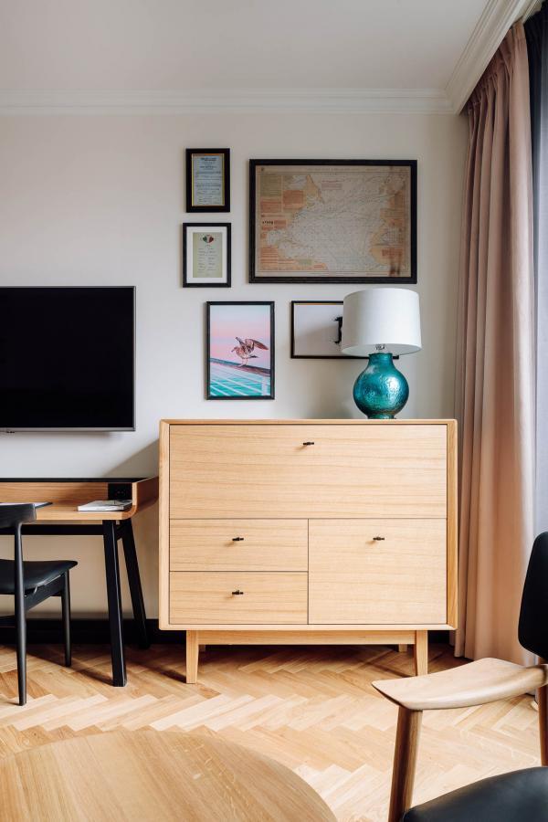 Des rééditions vintage – telles le fauteuil Veng de Torbjørn Bekken – côtoient une collection de cartes marines, menus des paquebots ou photographies anciennes retrouvées dans le bâtiment.