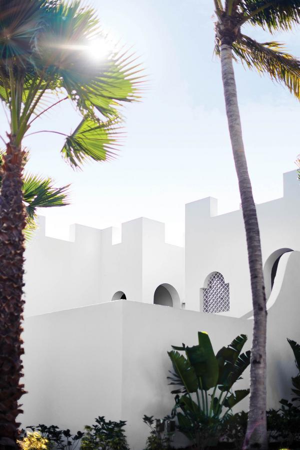 Murs blancs, majestueuses coupes et arcades habillent les maisons d'inspiration greco-mauresques.
