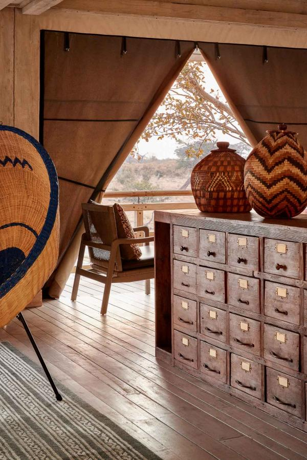 Des chaises en rotin rehaussées de détails en cuir et des meubles réalisés à partir de matériaux de la région habillent chaque espace.