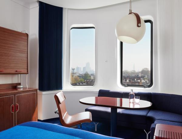 Chaque chambre est un cocon seventies tout confort.