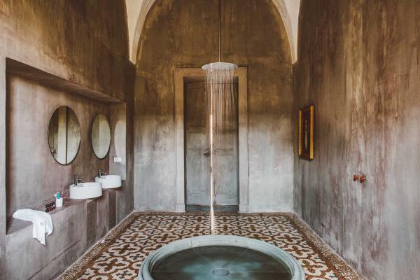 La salle de bain est une installation artistique, avec sa douche pluie de six mètres de hauteur, et bassin signé Andrea Sala.