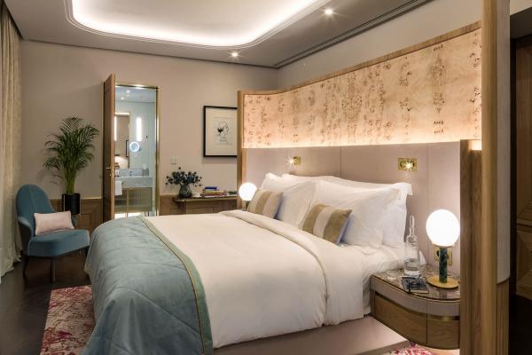 Les Deluxe Room de 45 mètres carrés meublées avec goût par du mobilier fait à la main.