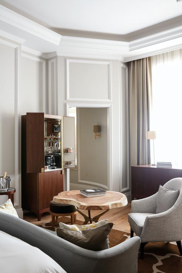 Le mobilier est artisanal et réalisé sur-mesure.