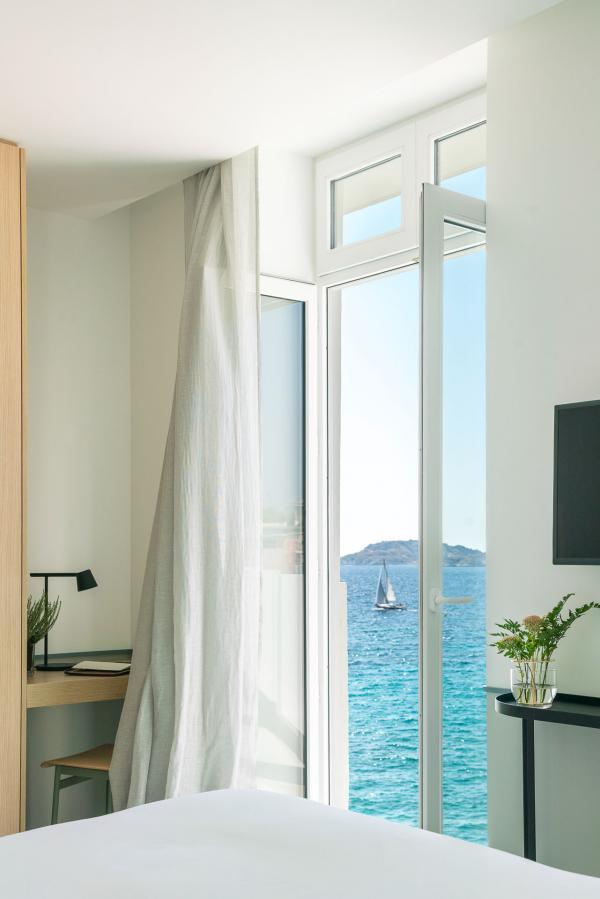 Les salles de bain, lumineuses et fonctionnelles, dévoilent la simplicité de vasques posées sur un chêne clair.