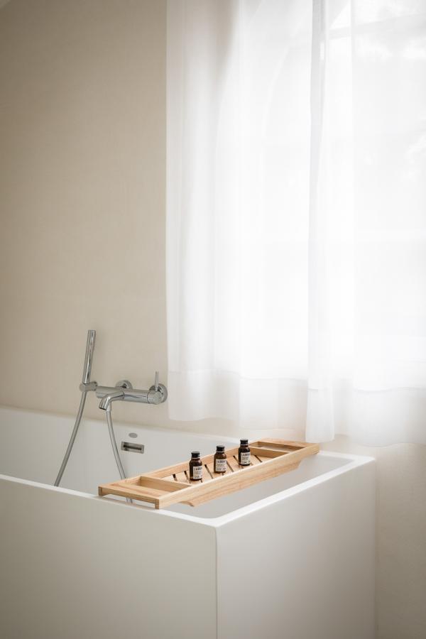 Les teintes douces et les matériaux entre teck et lin appellent à la relaxation.