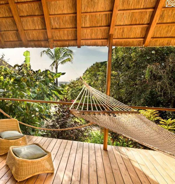 Avec leur terrasse et la douche extérieure, les bungalows rompent la séparation intérieur – extérieur.
