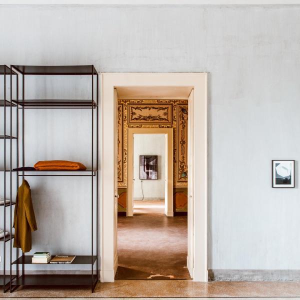 Les étagères graphiques sont la signature visuelle des Junior Suites de 25m² et des Royal Junior Suites de 45m².