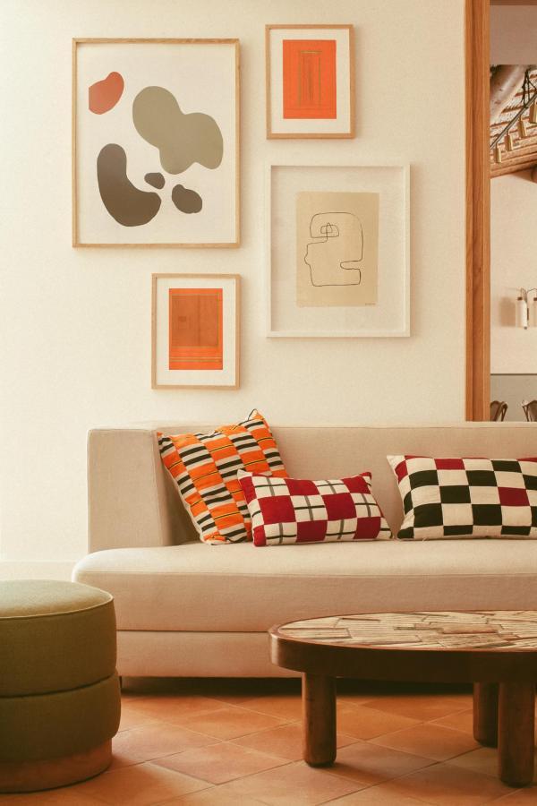 Charles Zana a joué avec la lumière dorée du Sud pour créer des espaces intimes et sophistiqués.
