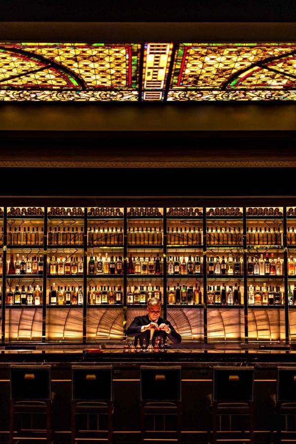 Le casino et le bar sont abrités par le magnifique plafond en verre Tiffany, touche Art Déco de l'ancien casion Monte Carlo.