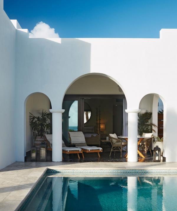 Chaque villa privée possède sa terrasse et sa propre piscine, pour profiter du soleil en toute sérénité.