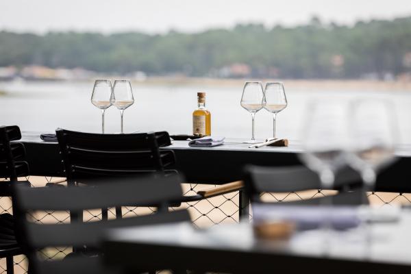 Vue imprenable sur le lac et fraicheur depuis la terrasse du restaurant